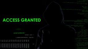 Komputerowy genialny mężczyzna sieka emaila od telefonu komórkowego, przystępuje użycza, cyberprzestępstwo obraz stock