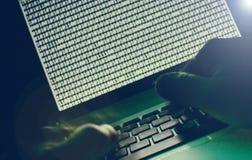 Komputerowy hacker w zmroku zdjęcie stock