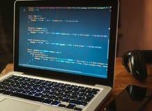 Komputerowy kod na laptop sieci rozwijać obraz royalty free