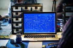 Komputerowy laptop pokazuje elektronicznego obwodu wzór Obraz Royalty Free