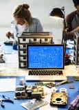 Komputerowy laptop pokazuje elektronicznego obwodu wzór Zdjęcie Royalty Free