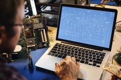 Komputerowy laptop pokazuje elektronicznego obwodu wzór Fotografia Stock