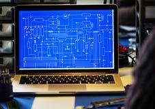 Komputerowy laptop pokazuje elektronicznego obwodu wzór Obrazy Stock