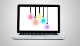 Komputerowy laptop z lampowej żarówki pomysłów pojęciem odizolowywającym Obrazy Royalty Free