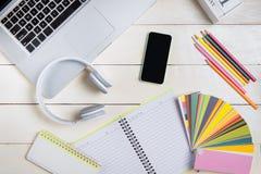Komputerowy laptopu badanie pracuje na biurka pojęciu zdjęcie stock