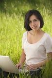 komputerowy latynoski laptopu kobiety działanie zdjęcia royalty free