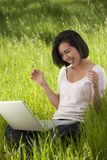 komputerowy latynoski laptopu kobiety działanie Obraz Royalty Free