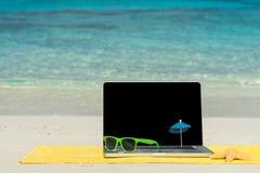 Komputerowy notatnik na plaży - biznesowej podróży tło obraz royalty free