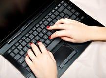 komputerowy pisać na maszynie ręki Zdjęcia Royalty Free