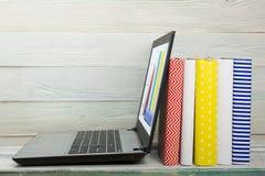 komputerowy pojęcia e kluczowy laptopu uczenie srebro Cyfrowej biblioteka - książki inside fotografia stock