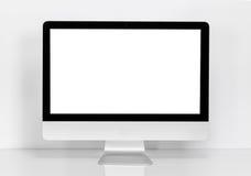 Komputerowy pokaz z pustym bielu ekranem przy biurkiem Zdjęcia Stock