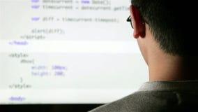 Komputerowy programista przy pracy cyfrowaniem