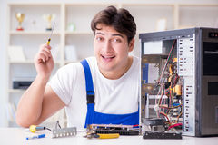 Komputerowy repairman naprawiania komputer stacjonarny fotografia royalty free