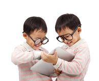 komputerowy szczęśliwy dzieciaków ochraniacza dotyk dwa używać Fotografia Stock