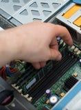 Komputerowy technik instaluje RAM pamięć Obrazy Stock