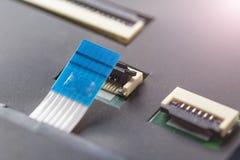 Komputerowy włącznik i kabel na procesor elektronicznej desce fotografia stock
