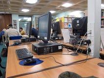 Komputery w bibliotece publicznej. zdjęcie royalty free