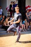 Komsomolsk-On-Amur Ryssland, Augusti 1, 2015 en pojke som dansar en brea arkivbild