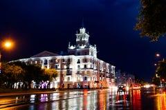 KOMSOMOLSK-ON-AMURE den Lenin fyrkanten på natten royaltyfri bild