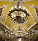Komsomolskaya-Metrostation in Moskau stockfotografie
