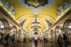 Komsomolskaya ?r en Moskvatunnelbanastation i Moskva royaltyfria bilder