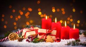 Komstdecoratie met vier brandende kaarsen en giftdozen Stock Foto's