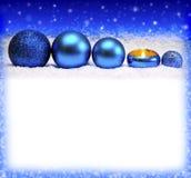Komstkaars en blauwe Kerstmisballen Stock Foto's