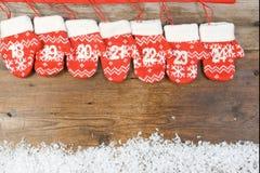Komstkalender met vuisthandschoenen op houten achtergrond Stock Foto