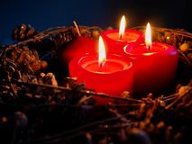 Komstkroon drie aangestoken kaarsen stock fotografie