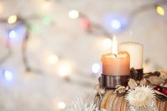 Komstkroon met het branden van kaars en witte achtergrond met Kerstmislichten Royalty-vrije Stock Foto's