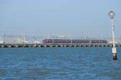 Komt de hogesnelheidstrein` FrecciarGento ` Zilveren Pijl van het Trenitalia-treinbedrijf op een dam aan aan Venetië Royalty-vrije Stock Foto
