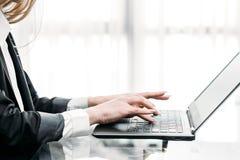 Komunikaci biznesowej biurowej kobiety pisać na maszynie laptop Zdjęcia Royalty Free