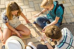 Komunikaci i odtwarzania grupa 4 dziecko nastolatka Przyjaciele bawić się grę planszowa, rzuca kostka do gry obraz stock