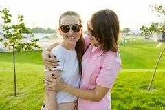 Komunikacja rodzic nastolatek i, macierzysta przytulenie córka Tła zielona gazonu, odtwarzania i rozrywki strefa, fotografia stock