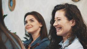 Komunikacja trzy młodej dziewczyny w kawiarni Siedzi na poważnych tematach Sens humor i tęsk czarni włosy zbiory