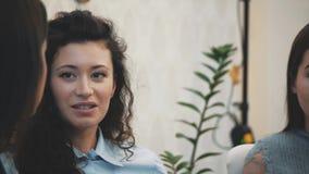 Komunikacja trzy młodej dziewczyny w kawiarni Siedzi na poważnych tematach Sens humor i tęsk czarni włosy zdjęcie wideo