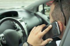 Komunikacja z telefonem komórkowym w samochodzie Zdjęcia Stock