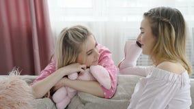 Komunikacyjny rozmowy gawędzenia dziewczyny opowiadać obrazy stock