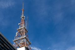 Komunikacyjny wierza w bellow widoku z niebieskim niebem obrazy stock