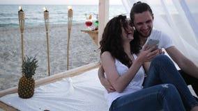 Komunikujący przez telefonu komórkowego na wakacje, dziewczynie i facecie wyszukuje ogólnospołeczną sieć na gadżecie, lato sezon, zbiory