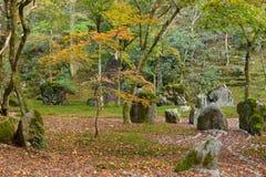 Komyozenji寺庙后方假山花园 免版税库存照片