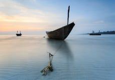 Το αλιευτικό σκάφος στην παραλία Kon AO, Rayong, Ταϊλάνδη Στοκ Εικόνα