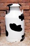 Kon mjölkar behållaren Royaltyfri Foto