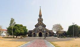 Kon Tum Vietnam - Mars 28, 2016: Går kyrkan i staden av Kon Tum i den centrala Skotska högländerna av Vietnam är en forntida reli Arkivfoton