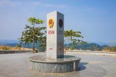 Kon Tum Vietnam - mars 28, 2016: Gemensam gränssten av 3 länder: Vietnam - Laos - Cambodja i det Kon Tum landskapet, hög central Royaltyfri Bild