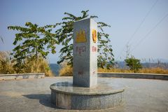 Kon Tum Vietnam - mars 28, 2016: Gemensam gränssten av 3 länder: Vietnam - Laos - Cambodja i det Kon Tum landskapet, hög central Arkivfoto