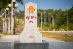 Kon Tum Vietnam - Mars 29, 2016: Gränssten av det Kon Tum landskapet, Vietnam och Attapu, Laos Royaltyfri Foto