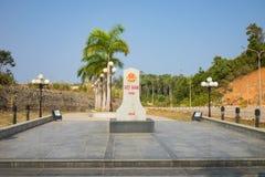 Kon Tum Vietnam - mars 28, 2016: Gränssten i gränslinje av Vietnam och Laos på porten Bo Y för internationell gräns i Kon Tum Arkivbilder