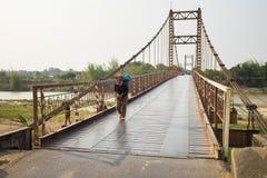 Kon Tum, Vietnam - 28 mars 2016 : Kon Klor Suspension Bridge, route au vieux village Kon Kotu de minorité de destination célèbre  Images stock
