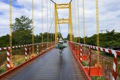 Kon Tum, Vietnam - 24 novembre 2018 : Kon Klor Suspension Bridge, route au vieux village Kon Kotu de minorité de destination célè photographie stock libre de droits